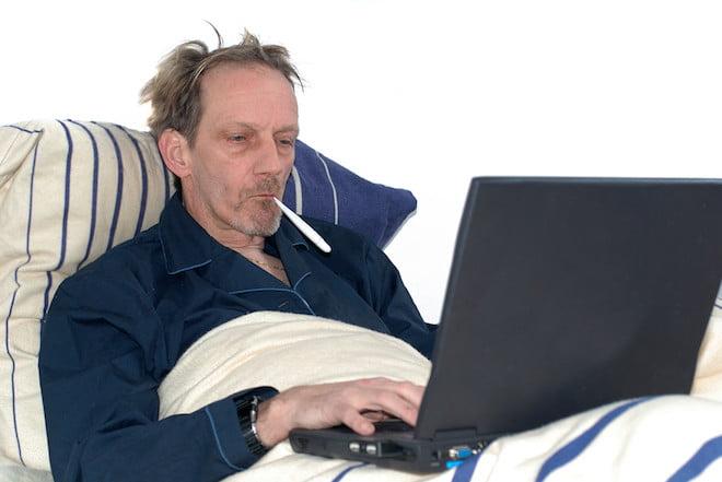 ember az ágyban laptoppal influenza védőoltás