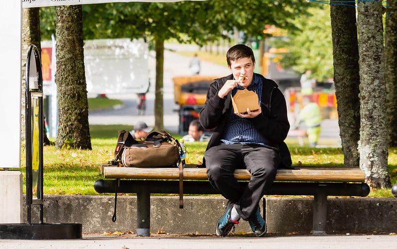 Tilos lesz a buszmegállókban enni
